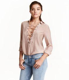 9,99€ Altrosa. Bluse aus weichem Viskosestoff. Die Bluse hat einen V-Ausschnitt mit Kragen und Schnürung sowie einen abgerundeten Saum.