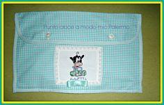 Bustina porta cambio/pigiamino realizzata da Fufi Claudia e Antonina Lamas seguendo lo schema di http://www.magiedifilo.it/gallery/index.php/Schemi-Punto-Croce/Bambini/Disney/baby-pippo-paperina-pluto