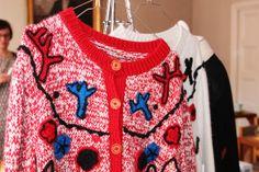 Vaatesuunnittelija Paola Suhonen toteuttu neulemalliston yhteistyössä perulaisten käsityöläisnaisten kanssa./Paola Suhonen designed a collection with Peruvian artisan women. Kuva/Photo: Emilia Rodriguez