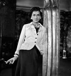 COCO quotes: A fashion that does not reach the streets is not a fashion. -- Coco Chanel A woman has the age she deserves. Chanel 19, Moda Chanel, Coco Chanel Fashion, Chanel Brand, Coco Chanel Style, Chanel Pearls, Chanel News, Chanel Couture, Estilo Coco Chanel