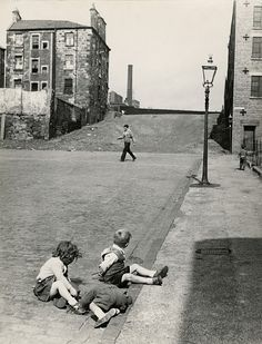 Roger Mayne was one of the great British post-war photographers synonymous with street photography in the still war-ravaged London in the Old Photos, Vintage Photos, Roger Mayne, Alexey Brodovitch, Eadweard Muybridge, Lewis Hine, Post War Era, Glasgow Scotland, Scotland Travel
