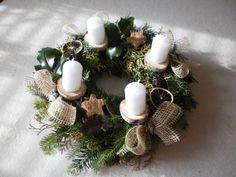 Přírodní adventní věnec Christmas Advent Wreath, Christmas Crafts, Christmas Decorations, Xmas, Table Decorations, Holiday Decor, Concrete Garden, Textiles, Bead Art