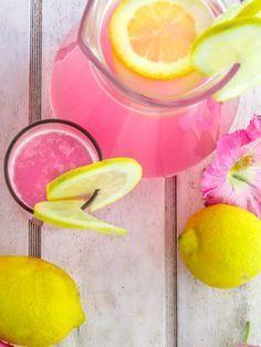 Make your own lemonade: 4 trendy recipes with lemon, strawberry or ginger Limonade selber machen: 4 Trend-Rezepte mit Zitrone, Erdbeer oder Ingwer Lemonade tastes best homemade! Pink Lemonade Recipes, Pink Lemonade Party, Lemonade 4, Homemade Lemonade, Triple Sec, Fruit Drinks, Alcoholic Drinks, Drinks Alcohol, Yellow Roses