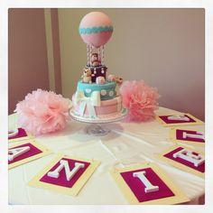 Tarta de bautizo, pompones rosas y letras de madera. Christening cake, pink pom poms and white wood letters.