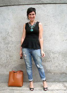 Regata peplum, calça jeans e maxi colar
