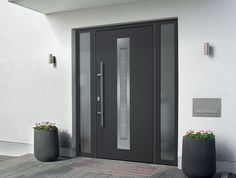Hormann ThermoPlus/ ThermoPro Doors Our German engineered stylish modern steel entrance door that offers more comfort, high security & great thermal insulation. Front Door Entrance, House Front Door, House Doors, House With Porch, House Entrance, Entry Doors, Pivot Doors, Contemporary Front Doors, Modern Front Door