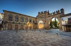 BAEZA - Con tan solo 16.000 habitantes, Baeza tiene numerosos monumentos renacentistas: la Catedral de la Natividad de Nuestra Señora, las fuentes de los Leones y de Santa María, el palacio de Jabalquinto y la Casa del Pópulo, cuya fachada plateresca vemos en esta fotografía junto con la puerta de Jaén y el arco de Villalar.