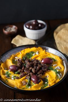 Kürbis Hummus mit Lamm und Zitronen-Petersiliensauce