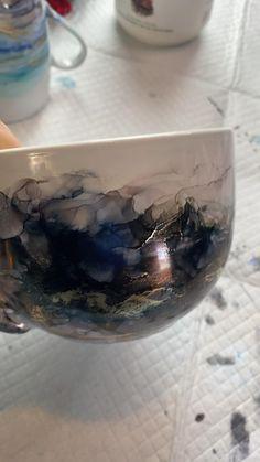 How to make a alcohol ink mug. #alcoholinkart #alcoholinks #easyart #mugs #art #functionalart #alcoholinkcrafts #alcoholinkpainting #alcoholinktutorial #alcoholinktechniques Alcohol Glasses, Alcohol Ink Glass, Diy Wine Glasses, Decorated Wine Glasses, Alcohol Ink Crafts, Alcohol Ink Painting, Diy Resin Art, Resin Crafts, Mug Art