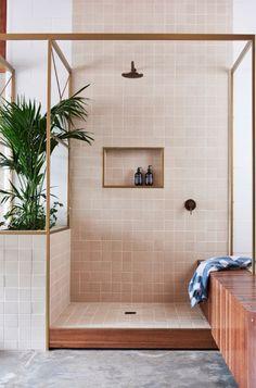 Como fazer banheiro com chuveiro, banco e plantas, e minimal sem gastar toda cerâmica do mundo.