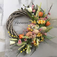 In stock An interior decoration on the door of your house is an Easter wreath made of a blank of branches, artificial flowers (tulips, kidneys of willows, sakura, daffodils, spring grass), decorative eggs made of plastic. 11-13 in diameter and 3 deep. В наличии Интерьерное украшение на дверь