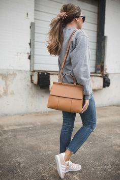 timeless design e15c7 5b6d2 abrigo gris claro - tejanos - bolso camel - adidas gazelle rosa Looks Con  Zapatillas,