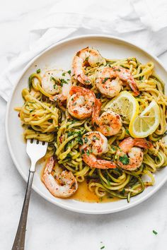 Lemon Garlic Butter Shrimp with Zucchini Noodles – HEAVENLY! These delicious shrimps make a fantastic complete meal with healthy zucchini noodles. Ways To Cook Shrimp, Buttered Shrimp Recipe, Lemon Garlic Butter Shrimp, Lemon Butter, Low Carb Brasil, Pasta Alternative, Keto Shrimp Recipes, Healthy Zucchini, Cooking Recipes