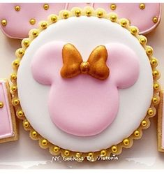 12 - Minnie Mouse Cookies Pink & Gold - 1 Dozen - Round Cookie with Gold Pearls and Ribbon- Birthday Cookies by NYCookiesByVictoria on Etsy Minni Mouse Cake, Baby Mickey Mouse Cake, Minnie Cake, Minnie Mouse Theme, Mickey Cakes, Pink Minnie, Mini Mouse Cookies, Disney Cookies, Cute Cookies