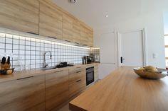 Voici un appartement au 10ème étage à Lille qui a été complètement restructuré afin d'avoir un grand espace de vie avec une grande cuisine ouverte. Cuisine avec îlot sur lequel est intégré la table de salle à manger  Meuble et plan de travail stratifié bois  crédence en carrelage blanc 10*10 avec joint noir  colonne frigo blanc fondu dans le mur  ruban led intégré en éclairage Afin, Voici, Divider, Interior, Kitchen, Room, Furniture, Home Decor, Kitchen Modern