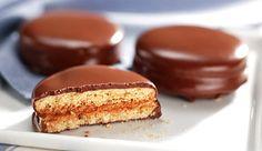 Alfajores recheados com Leite MOÇA® e banhados em Chocolate