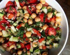 Salada de Grão-de-Bico com Vinagrete e Hortelã (vegana) Raw Food Recipes, Veggie Recipes, Salad Recipes, Vegetarian Recipes, Healthy Recipes, Brunch, I Love Food, Good Food, Veggie Delight