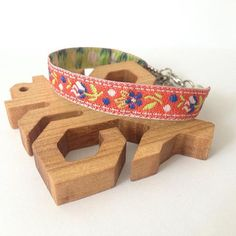 Na leto treba jednoznačne aj červenú. Ku zmrzline, jahodám, malinám, aj červeným šatám.  #krojovanky #myslousrdcomdusouslovenka #folk #folkbracelet #ludovy Leto, Folk, Wedges, Bracelets, How To Make, Image, Accessories, Instagram, Forks