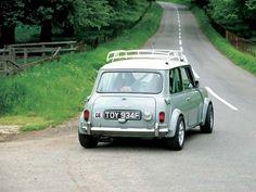 mini cooper // Normally I don't go for roof racks, but this one is nice. Mini Cooper S, Mini Cooper Classic, Classic Mini, Classic Cars, Fiat 500, Mini Morris, Automobile, Minis, Mini One