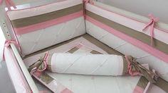 Contrastes como babados, vivos e amarras, são sempre feitos em tricoline com cores firmes. Produzido em Piquet puro algodão este kit contém acabamento especial com lâminas de espuma enroladas em manta acrílica, para os protetores, que ficam mais fofos porém não redondos. <br> <br>Composição 12 peças: <br> - Protetores de berço <br> (1 cabeceira 38x68cm + 2 laterais 30x130cm) 3 peças <br>- Trocador com espuma + plástico envelope <br> (Peça nervurada com barrado combinando 50x65cm) 1 peça…