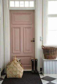 Roze in plaats van een standaard blauwe, groene of zwarte deur...mooi!