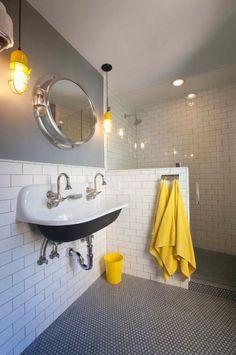 une salle de bains en blanc et gris aux accents jaunes