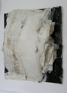 Lin Yan 林延, who is an artist based in Brooklyn, New York working with Xuan paper and ink. Book Sculpture, Pottery Sculpture, Black And White Abstract, White Art, Collage Drawing, Contemporary Abstract Art, Texture Art, Art Techniques, Installation Art