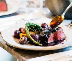 Laga köttet som på krogen till nyår. Tillaga det först i ugnen. Ge det sedan en fin stekyta och skär i skivor. Resultat: Vackert rosa kött rakt igenom. Bjud med mustig rödvinssås, rostade betor och persiljerötter samt vitlöksstekt svamp.