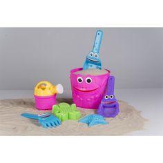 Met deze zandemmerset heb je urenlang speelplezier in bijvoorbeeld de zandbak of op het strand. De set bestaat uit een emmer, giertje, harkje, schepje, handzeef en twee zandvormpjes. Afmetingen: 14,5x13cm - Zandemmerset 14,5x13cm 7-delig - Roze