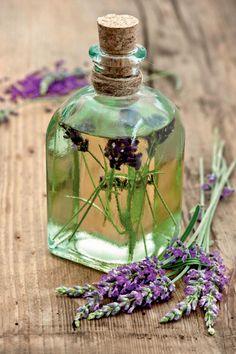 Die Inhaltsstoffe des Echten Lavendels werden in der Heilkunde und Kosmetik geschätzt. Mit einem selbst angesetzten Öl (links) kann man beispielsweise Insektenstiche behandeln. Eine duftende Umhüllung für das Windlicht (rechts) ist noch schneller gemacht und hält lästige Stechmücken vom Sitzplatz fern: einfach Schnüre um das Glas binden und die auf passende Länge geschnittenen Blütenstiele des Lavendels dazwischen stecken