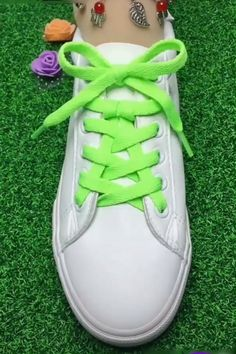Buket Coşkun The post DIY unglaubliche Schnürsenkel Guide! Buket Coşkun 2019 appeared first on Lace Diy. Ways To Lace Shoes, How To Tie Shoes, Shoe Crafts, Diy Crafts Hacks, Diy Fashion, Mens Fashion, Fashion Ideas, Creative Shoes, Creative Ideas