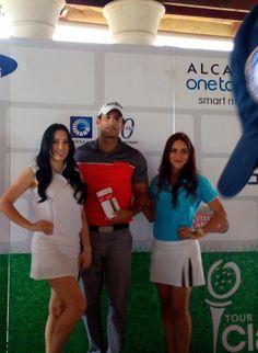 ¡¡¡Inició el Tour CLARO, el más esperado para los amantes del golf!!. La primera parada fue celebrada el sábado en el campo de golf Las Aromas, Santiago. El sol y la brisa fueron testigos del reto que tuvieron los participantes que se dieron cita en el torneo. Como cada año ALCATEL ONETOUCH es el patrocinador platino del Tour de Golf Claro.