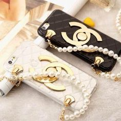 シャネル iPhone6ケースは特別な設計で、真珠で組り合わせるチエーンが作成られる。それはスポットライトですが、豪華な気品を浴びる。カースの表にシャネルlogoが付き、logoが作られる材料は退色しにくい 。黑白の基本の色で、永遠にファッションの最前線の代表だ! まだ、ケースの素材は良い、傷がある部分が無い。