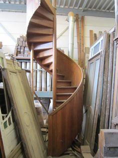 Houten draaitrap hoogte 4 meter Jan van IJken bv www.oudebouwmaterialen.nl