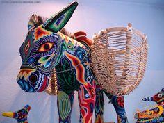 Art Huichol, un âne en fil de laine ou estambre.