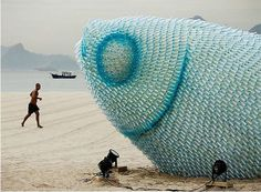 Escultura de pez hecha con botellas de plástico - Taringa!