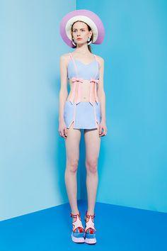"""パメオ ポーズ(PAMEO POSE)の2016年夏コレクションが発表された。 テーマは「トロピカル ユニバース」。ネオンテトラのようなポップな配色が""""熱帯dquoのムードを香らせ、日本人アーティスト..."""