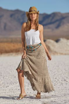 Get into summer-mode with this breezy crochet maxi skirt with a luxe, weighted feel and chic scalloped edging. Complete this beautiful bohemian look with a simple tube top an Girl Dress Patterns, Coat Patterns, Blouse Patterns, Skirt Patterns, Crochet Skirt Pattern, Crochet Skirts, Tutorial Crochet, Crochet Patterns, Maxi Skirt Tutorial