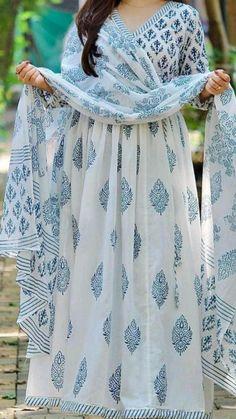 Simple Kurti Designs, Kurta Designs Women, Stylish Dress Designs, Stylish Dresses, Teen Fashion Outfits, Casual Outfits, Indian Dresses, Indian Suits, Long Sleeve Vintage Dresses