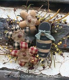 Like the flowers with bells in the center Cute Crafts, Decor Crafts, Crafts To Make, Diy Crafts, Primitive Crafts, Primitive Christmas, Rustic Christmas, Burlap Flowers, Fabric Flowers
