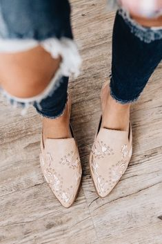 Women shoes High Heels Winter - - Women shoes 2019 Trend - Women shoes For Summer Jimmy Choo - Women's Mules, Mules Shoes, Flat Mules, Shoes Sneakers, Crazy Shoes, Me Too Shoes, Boutique Fashion, Capsule Wardrobe, Fashion Shoes
