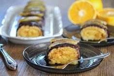 """Jaffa""-rullekake: Sjokoladerullekake med appelsinfyll Let Them Eat Cake, Muffin, Food And Drink, Sweets, Baking, Breakfast, Ethnic Recipes, Cakes, Morning Coffee"