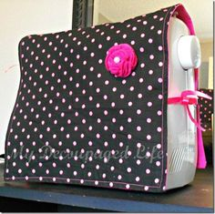 Easy sewing machine cover - I need this. My sewing machine is getting dusty in between projects. Easy Sewing Projects, Sewing Projects For Beginners, Sewing Hacks, Sewing Tutorials, Sewing Crafts, Sewing Patterns, Sewing Ideas, Tutorial Sewing, Sewing Tips