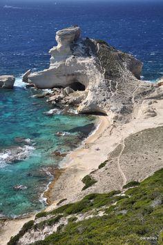 Plage de St-Antoine Bonifacio : La petite plage de Pertusato ou aussi Saint Antoine! au-dessous du phare de Pertusato. Accès : De Bonifacio on prend d´abord sur la D58 direction Sperone et tourne après environ 500 m sur la D260 direction Sperone/Pertusato. Après 1,4 km on tourne à droite direction Pertusato. Après encore un kilometre la route finit au Sémaphore de Pertusato. D´ici on suit la route à pied jusqu´à environ 400 m avant le phare le chemin mène sur la droite en bas à la plage.