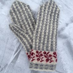 Ravelry is a community site, an organizational tool, and a yarn & pattern database for knitters and crocheters. Knitted Mittens Pattern, Knit Mittens, Knitted Gloves, Knitting Socks, Knitting Stitches, Hand Knitting, Knitting Patterns, Fabric Yarn, Wrist Warmers