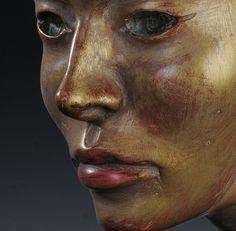 La maschera-scultura intagliata nel legno di pino cembro