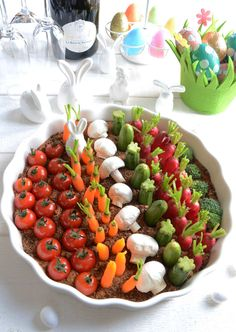 Easter vegetable garden (hummus and vegetables to eat as an aperitif) Easter Recipes, Appetizer Recipes, Dessert Recipes, Appetizers, Hummus, Food Platters, Easter Brunch, Antipasto, Creative Food