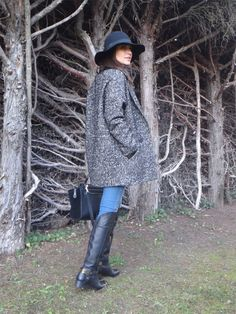 Paula con un look muy chic y cómodo, lleva sombrero, abrigo jaspeado y botas de Fetiche.