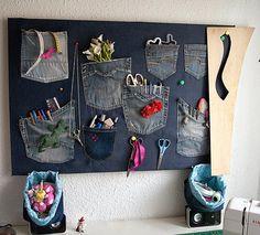 Con los bolsillos de viejos vaqueros podemos conseguir un fantástico panel organizador. :)