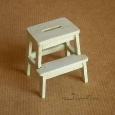 Miniatures and doll houses: ideas and tips Dollhouse Miniature Tutorials, Diy Dollhouse, Miniature Dolls, Dollhouse Miniatures, Miniature Furniture, Dollhouse Furniture, Cube Photo, Vitrine Miniature, Diy Stool